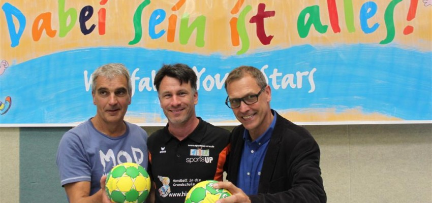 "v.l.: Dr. Rainer Fiesel/Dezernent Bezirksregierung Arnsberg, Jörn Uhrmeister/Projekt ""Handball in die Grundschule"", Björn Pinno/Schulsport Referent Westdeutscher Handball Verband (WHV)"